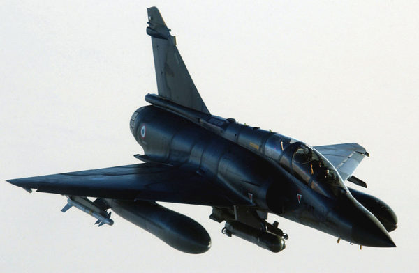 Mirage 2000D de l'Armée de l'Air, montrant une de ses bombes à guidage laser.