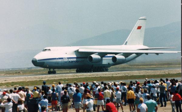 Même en présentation publique l'An 124 conserve sa livrée civile. Plus c'est gros plus ça passe c'est bien connu.