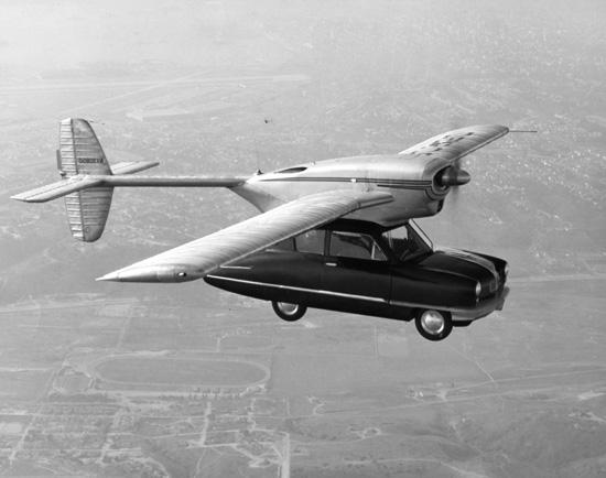 La voiture volante Convair 118 dans le ciel américain.