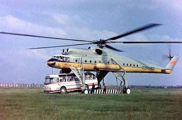 Une grue volante Mi-10 embarquant un hélicoptère : une image de propagande à destination de l'Ouest.
