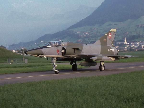 Un nez oblique, des montagne en arrière plan, aucun doute c'est un Mirage IIIRS.
