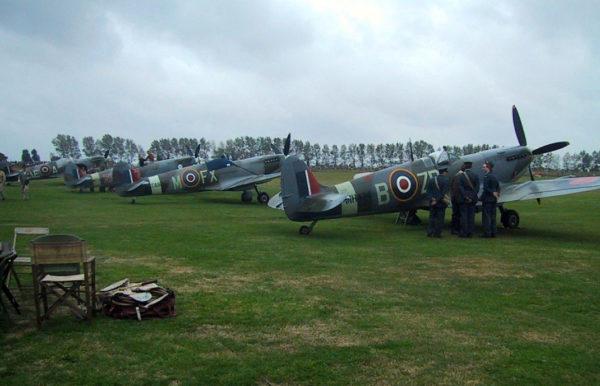 Rassemblement de Spitfire. C'est sur ce type d'avion que Pierre Clostermann combattra (1942-1944) avant de combattre sur Tempest en 1945.