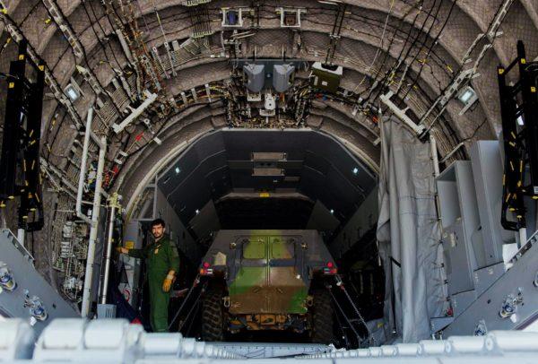 Un VAB vu de dos à bord de l'A400M.