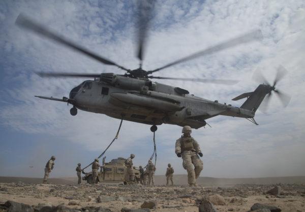 Un hélicoptère lourd CH-53E vient de déposer un Humvee transporter sous élingue.