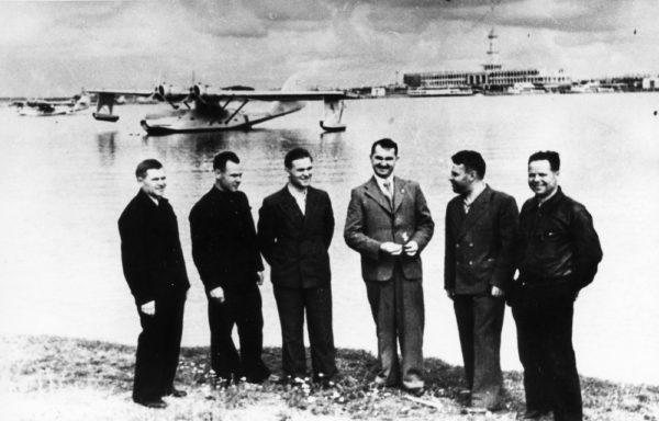 Des dignitaires soviétiques prennent la pose devant un PBN Nomad.