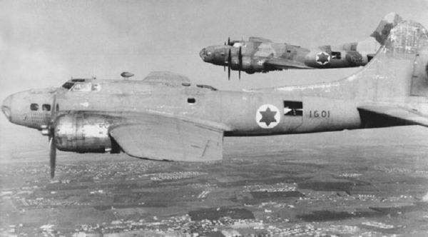 Deux des trois Boeing B-17G en vol.