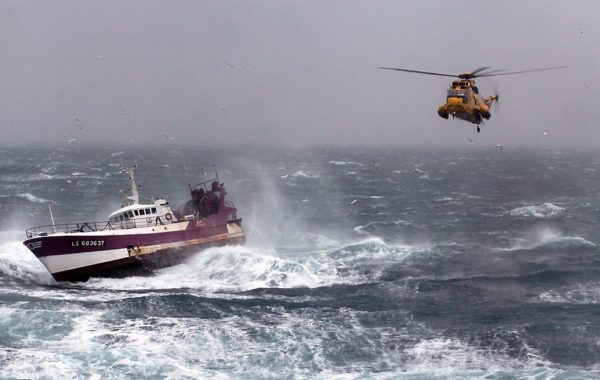 Un Sea King de la RAF porte assistance à un chalutier français.
