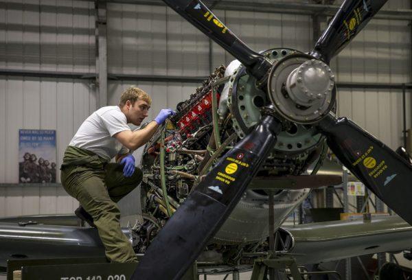 Mécano sur Supermarine Spitfire en 2015, quel dur métier !!!