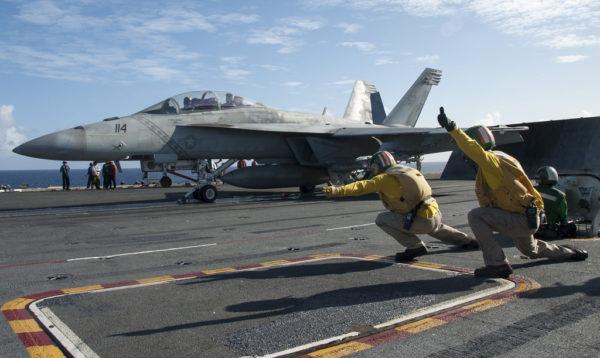 Boeing F/A-18F au décollage du pont de l'USS Ronald Reagan.