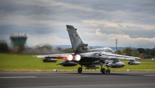 PC allumé, un missile antiradar sous l'intrados, un Tornado ECR sur le tarmac anglais.