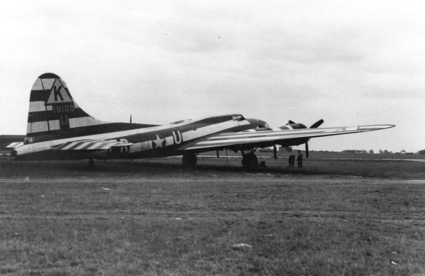 Un Boeing B-17E adapté en Assembly Ship.