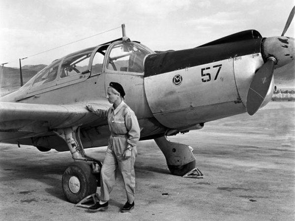 Élisabeth Boselli devant son Morane Saulnier 733, Oran, 1957.
