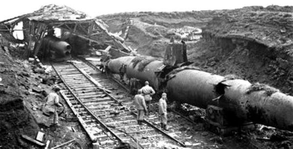 Alaska Cdns_and_Americans_examine_abandoned_Jap_subs_Kiska_Aleutian_Islands_1_Sep_1943__MIKAN_No__3599747