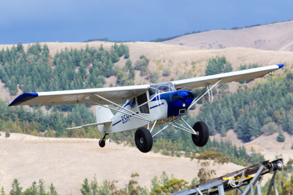 Un Piper PA-22 Pacer de brousse doté de roues Tundra Tires.