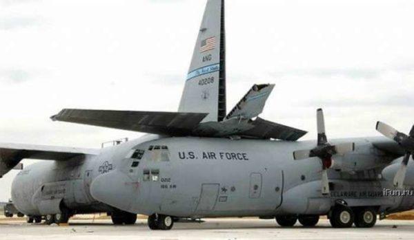 Un C-130 Hercules qui ne s'est pas souvenu de son gabarit
