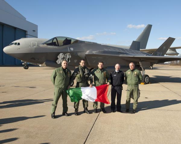 Le pilote du F-35A et l'équipage du KC-767 ensemble sur le tarmac américain.
