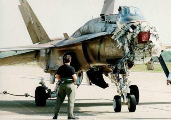Un F-18 Hornet qui a du rencontré plus fort que lui