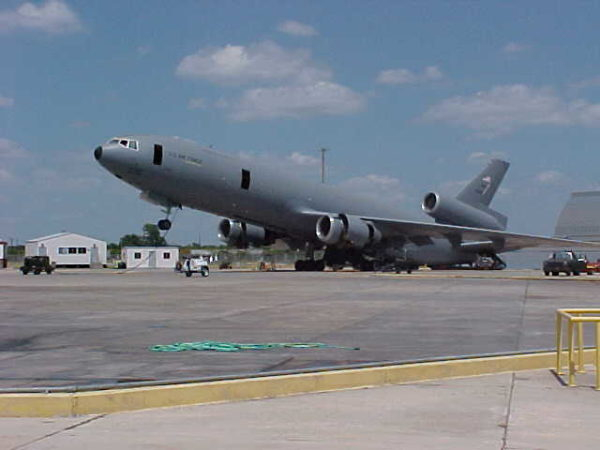 Ce KC-10 Extendeur doit avoir un léger problème d'équilibrage