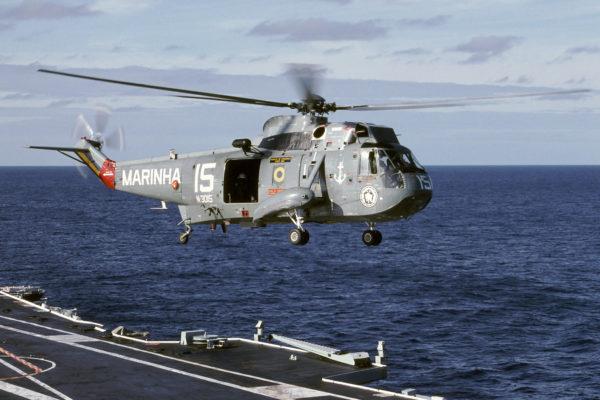 Sur l'ex-porte-avions français Foch le Brésil emploie aussi des Sea King.