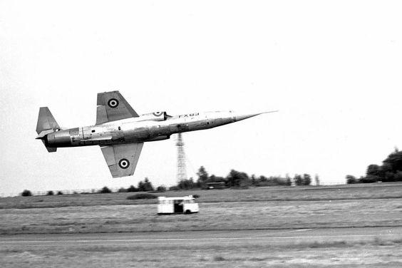 Un F-104 britannique qui vire très bas