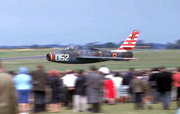 Un impressionnant passage d'un F-84-F Thunderstreak belge lors d'un meeting à Wethersfield en 1964