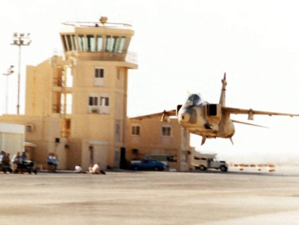 Un Jaguar omani réalisant un low pass au milieu d'une base de la RAFO (Royal Air Force of Oman)
