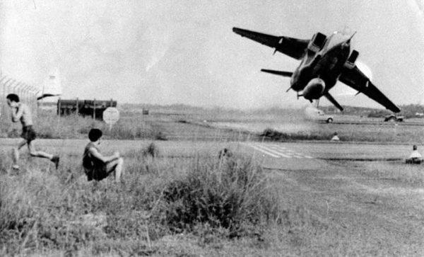 Un jaguar de la RAF qui semble impressionné les spectateurs en bord de piste