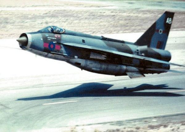 Un BAC Lightning F-6 dont le ventre proéminent n'est pas loin du sol