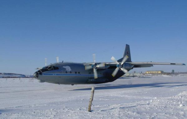 Cet Antonov A-10 russe semble survolé le sol gelé à quelques dizaines de centimètres...