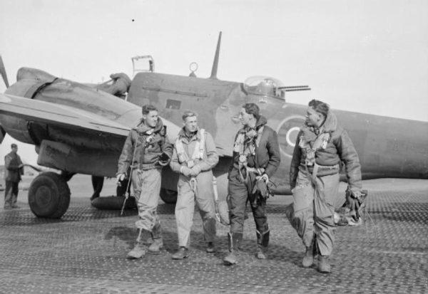 Martin Baltimore de la RAF et son équipage sur un tarmac de PSP.