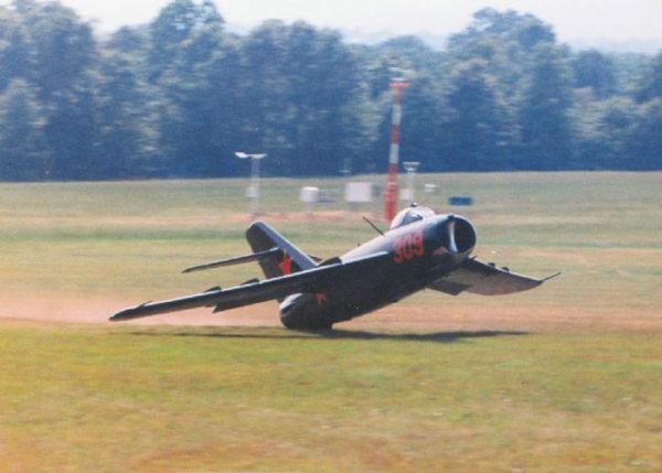 Ce MiG-17 est passé à quelques millimètres de la catastrophe au meeting de Harrison, Arkansas, en 1990.