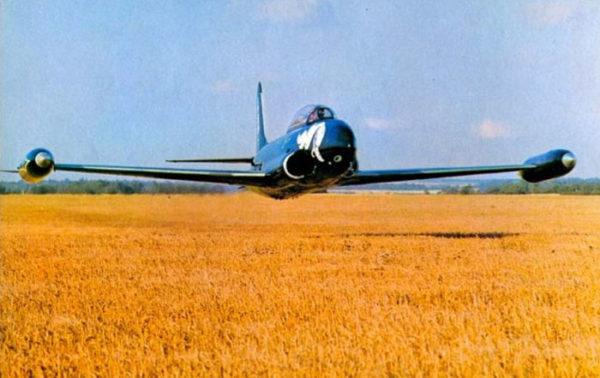 Un ancien T-33 de la RCAF rase les champs près de Duxford en 1974