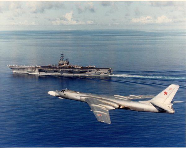 Bombardier soviétique et porte-avions américain, un cliché de la guerre froide.