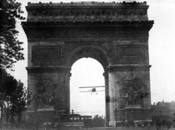 Godefroy réalise son vol historique. Remarquez le tramway sous l'avion.