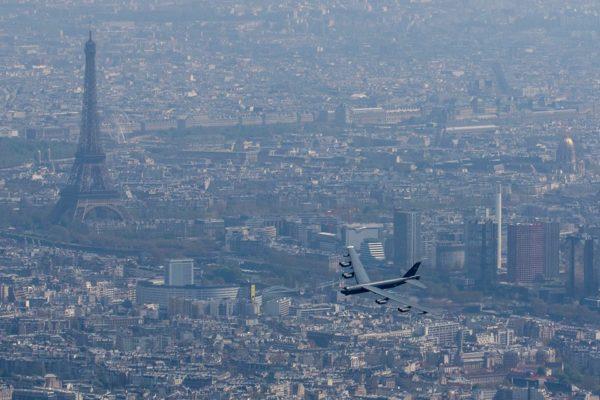 Un B-52 au-dessus de Paris. Inédit !