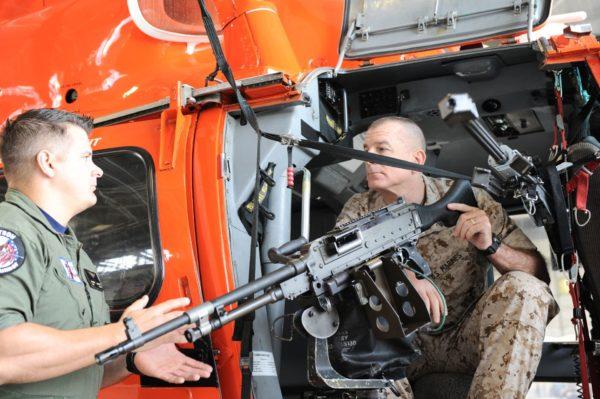 Gros plan sur le montage de la mitrailleuse M240G à bord du MH-65D.