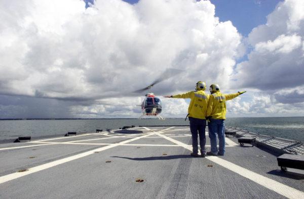 Hélicoptère d'entraînement Bell TH-57 Sea Ranger à l'appontage.
