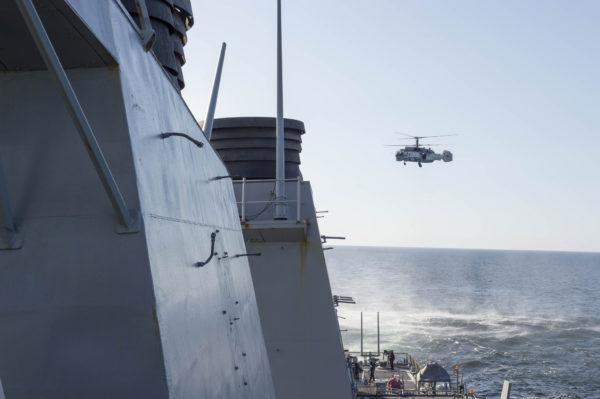 Le Ka-27 Helix sur l'arrière de l'USS Donald Cook.