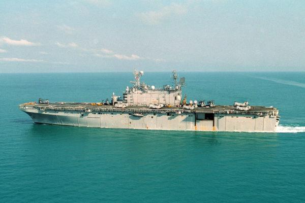 L'USS Tarawa (LHA-1) en opérations dans les années 1970.