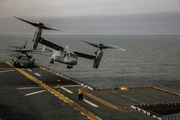 Bell / Boeing MV-22B Osprey en action depuis le pont d'envol du LHD-1 USS Wasp.