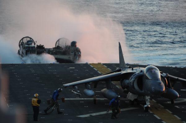 McDonnell Douglas AV-8B Harrier II et navire aéroglisseur en action depuis l'USS Bataan alias LHD-5.