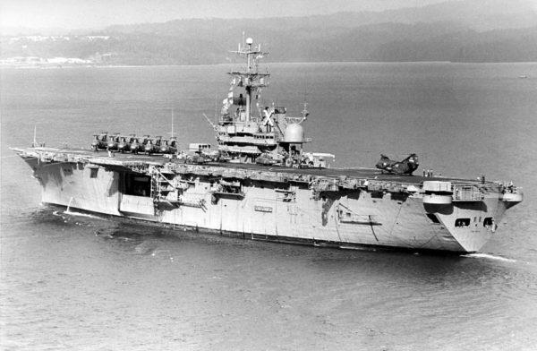 L'USS Tripoli (LPH-10) durant la guerre du Vietnam.