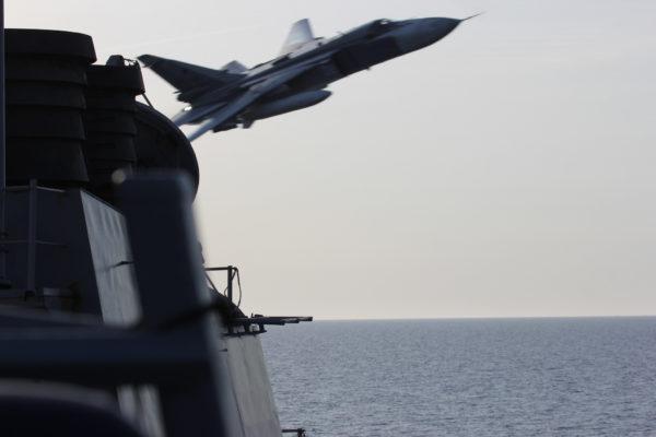 Le pilote de ce Fencer tentait-il d'intimider les marins américains en passant si près ?