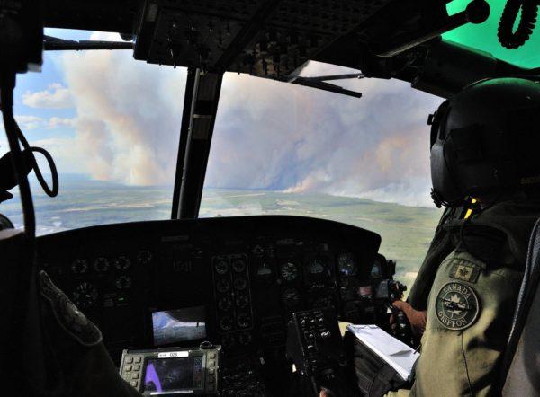 Au plus près du feu un équipage de CH-146 Griffon du 408ème Escadron.