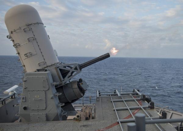 L'un des deux CIWS Phalanx armant l'USS Tortuga (LSD-46)