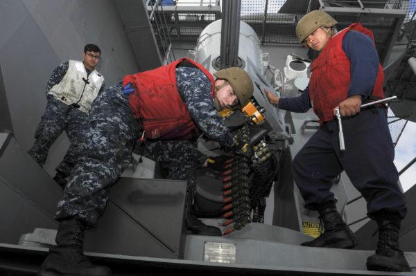 Armuriers américains approvisionnant un CIWS Phalanx.