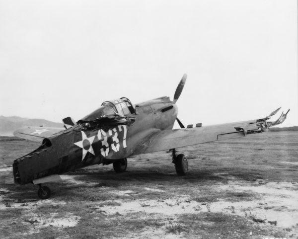 Un des nombreux P-40 Warhawk pris pour cible à Wheeler Airfield.
