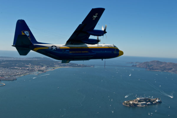 Fat Albert survolant l'île d'Alcatraz.