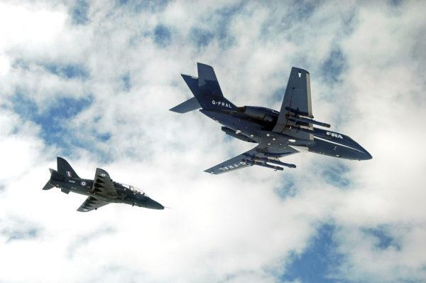 BAe Hawk T Mk-1 de la FRADU et Dassault Falcon 20G de Flight Limited Refuelling volants de conserve.