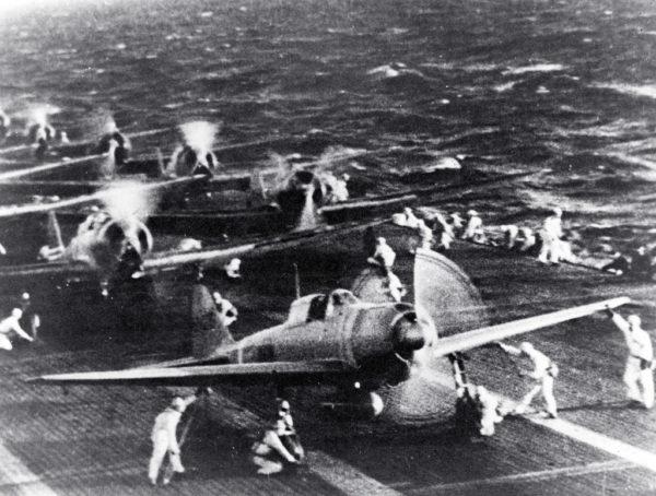Sur le pont du porte-avions Shokaku des Mitsubishi A6M se préparent à prendre les airs.